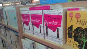 Penampilan novel ana di Gramedia Matraman, Jakarta Pusat. :)